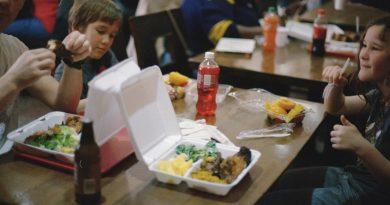 Bērni pusdienās vislabprātāk ēstu makaronus un cīsiņus, bet našķētos ar svaigiem augļiem